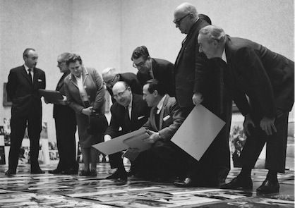 Internationale jury begonnen met beoordeling fotos World Press Photo 1963 in Haags Gemeentelijk Museum (Pot, Harry / Anefo - Nationaal Archief, CC-BY-SA)